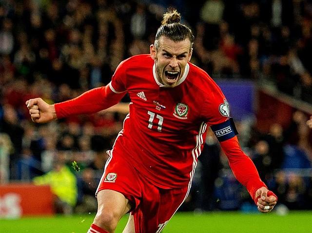 FÚTBOL. El capitán de Gales, Gareth Bale, celebra el segundo gol durante el partido de fútbol del grupo E de clasificación para la UEFA EURO 2020 entre Gales y Croacia, celebrado en el Estadio de la Ciudad de Cardiff en Gales