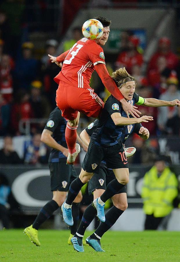 DEPORTES. Wales Kieffer Moore (C) en acción contra el croata Luka Modric (R) durante el partido de fútbol del grupo E de clasificación para la UEFA EURO 2020 entre Gales y Croacia disputado en el estadio Cardiff City de Gales