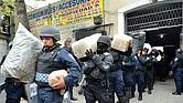 GOLPE. Agentes policiales incautan armas, dinero y droga después de capturar a una treintena de presuntos miembros del cártel Unión Tepito.