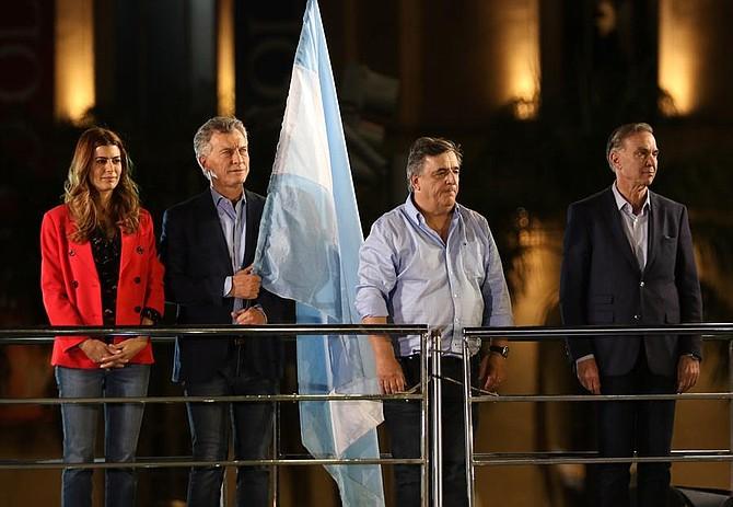 ELECCIONES. El presidente de Argentina, Mauricio Macri (2-i), su esposa Juliana Awada (i), el vicepresidente por el oficialismo, Miguel Ángel Pichetto (d), y el jefe del interbloque oficialista, Mario Negri (2-d), participan en el cierre de campaña para las elecciones presidenciales este jueves, en Córdoba