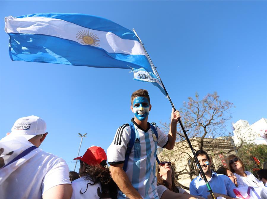 ARGENTINA. Cientos de personas asisten al acto de cierre de campaña del presidente de Argentina, Mauricio Macri, este jueves, en Córdoba