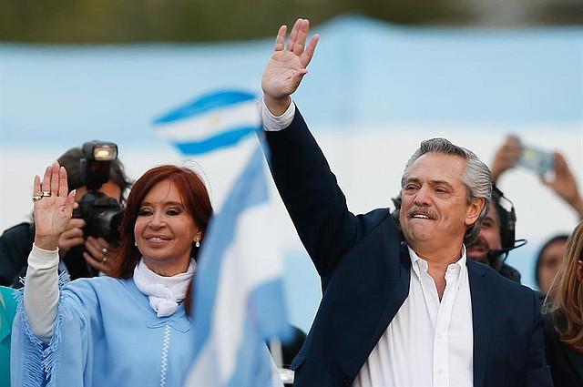 ARGENTINA. El candidato a la Presidencia de Argentina, el opositor peronista Alberto Fernández (d), saluda a sus simpatizantes junto a su fórmula a la Vicepresidencia, la expresidenta Cristina Fernández de Kirchner (i), durante el acto de cierre de su campaña este jueves, en Mar del Plata