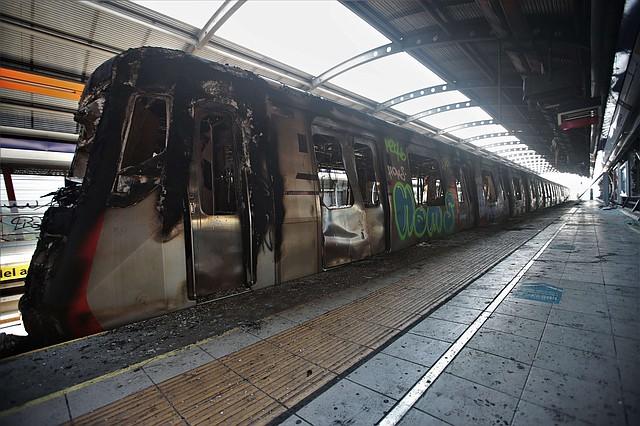 METRO. Fotografía de un tren incinerado en la estación Elisa Correa, en Santiago.   Foto: Efe/Alberto Peña.