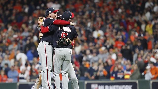DEPORTE. Los jugadores de los Nacionales de Washington celebran después de derrotar a los Astros de Houston en el juego siete de la Serie Mundial MLB 2019, en el Minute Maid Park en Houston, Texas.   Foto: Efe