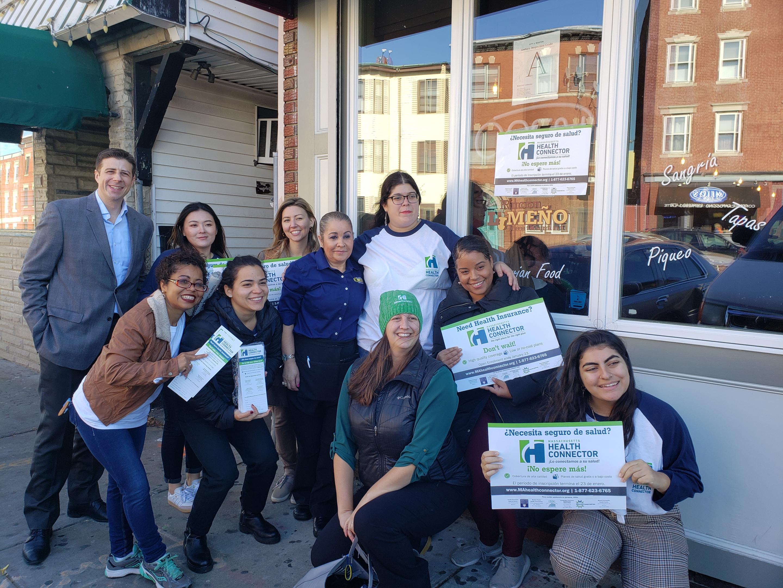 Representantes del Massachusetts Health Connector, miembros de la comunidad y el representante estatal Adrian Madaro dieron inicio a la campaña por la inscripción en el seguro médico.