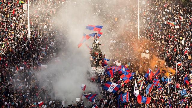 PROTESTAS. Miles de personas se concentraron el martes 29 de octubre de 2019 en contra del gobierno de Sebastián Piñera, en la céntrica Plaza Italia de Santiago. | Foto: Efe/Alberto Valdés.