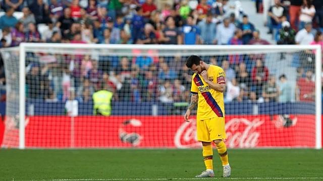FÚTBOL. El argentino Lionel Messi lamenta el revés del Barcelona / EFE