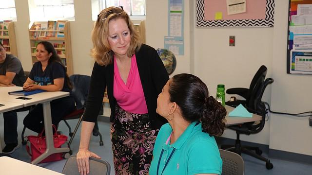 ESCUELA. Allison Kokkoros, directora ejecutiva de la escuela chárter para adultos Carlos Rosario, con una alumna. | Foto: Cortesía Donald Ndebeka / C. Rosario C. S.