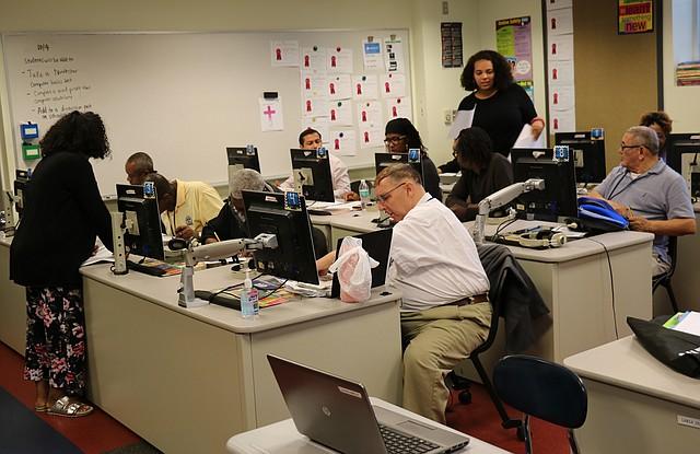 COMPUTACIÓN. En la clase de computación, la mayoría de alumnos son mayores de 60 años. Foto: Cortesía Donald Ndebeka / C. Rosario C. S.