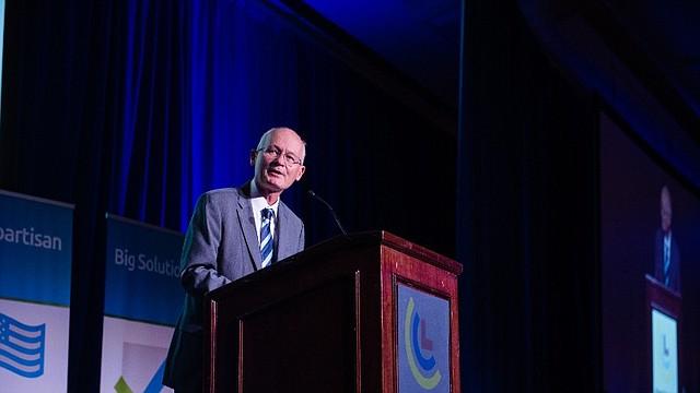 OPINIÓN. El senador republicano Mike Braun de Indiana se unió al demócrata de Maryland Chris Coons para formar un grupo bipartita de soluciones climáticas / Crédito: Cortesía