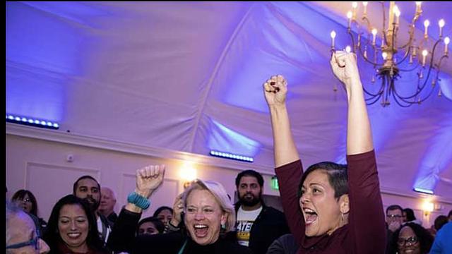 ALEGRÍA. La delegada estatal, Hala Ayala, celebra la victoria en la Legislatura.