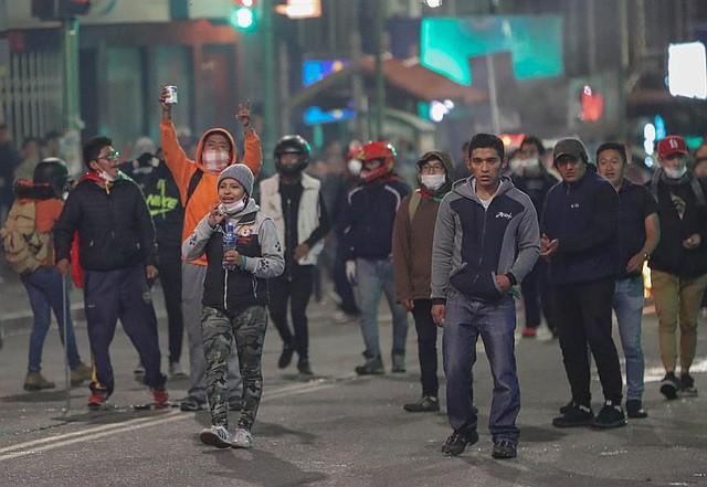 CONFLICTO. Detractores del presidente de Bolivia, Evo Morales, se enfrentan a la policía este martes en La Paz (Bolivia)