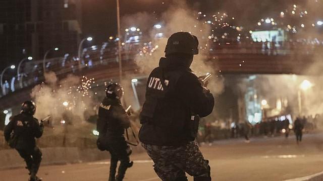 VIOLENCIA. La policía boliviana dispersa a los detractores del presidente de Bolivia, Evo Morales, durante una protesta este martes, en La Paz (Bolivia)