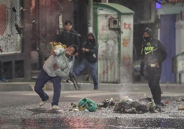 VIOLENCIA. Detractores del presidente de Bolivia, Evo Morales, se enfrentan a la policía este martes en La Paz (Bolivia)