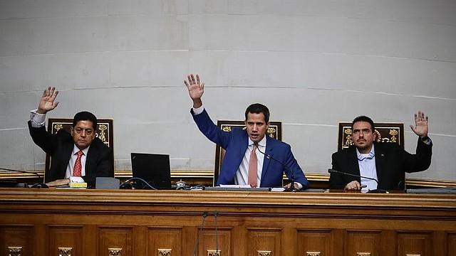 CARACAS. El presidente de la Asamblea Nacional de Venezuela, Juan Guaidó, junto con los vicepresidentes del Parlamento Edgar Zambrano (i) y Stalin González (d) durante una sesión en el Palacio Federal Legislativo. | Foto: Efe/Rayner Peña.