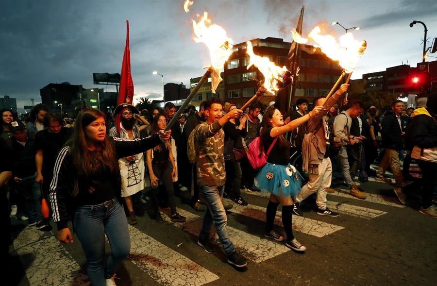 COLOMBIA. Estudiantes marchan disfrazados este jueves en las calles de Bogotá (Colombia) para protestar contra la corrupción en las universidades y la violencia que azota al país, especialmente al departamento del Cauca donde en las últimas 72 horas ocurrieron dos masacres que dejaron 10 muertos