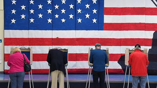 COMICIOS. Electores en Robious Elementary School en Midlothian, Virginia, el martes 5 de noviembre. | Foto: Matt McClain/The Washington Post.