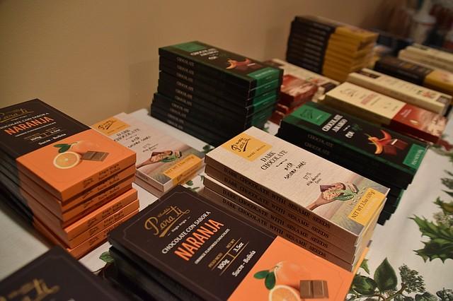 CHOCOLATE. Emprendedoras distribuyen dos líneas de cacao y chocolates, una originaria de Sucre y otra de La Paz. | Foto: Tomás Guevara – ETL.