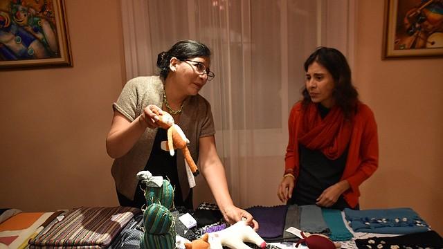 TEXTILES. Se presentaron líneas de chales, suéteres, bufandas y juguetes para niños, creados con textiles en Bolivia. | Foto: Tomás Guevara - ETL