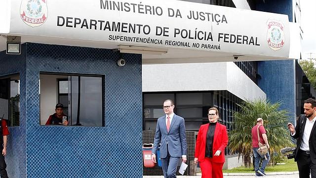 BRASIL. Los abogados Cristiano Zanin Martins (c-i) y Valeska Teixeira Zanin Martins (c-d) visitan al expresidente brasileño Luiz Inácio Lula da Silva, encarcelado desde abril de 2018 en la Superintendencia de la Policía Federal, en el barrio Santa Cândida, en Curitiba