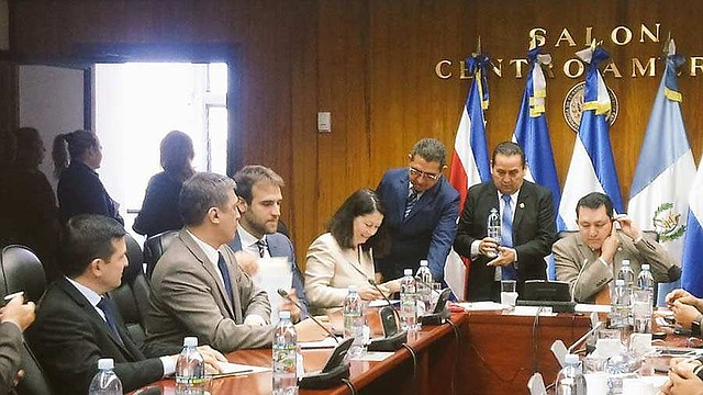 ECONOMÍA. Alina Carare (cuarta de la izquierda), jefa de la Misión del Fondo Monetario Internacional (FMI) se reunió con el presidente de la Asamblea, Mario Ponce, del PCN (derecha) y diputados de la Comisión de Hacienda. | Foto: EDH/Eugenia Velásquez