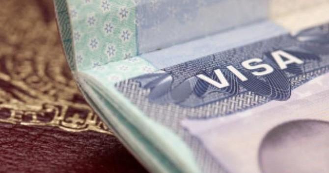 MIGRACIÓN. El envió de formularios en línea facilita al inmigrante verificar el estatus del caso y recibir notificaciones del Servicio de Inmigración, afirma USCIS.   Foto archivo.