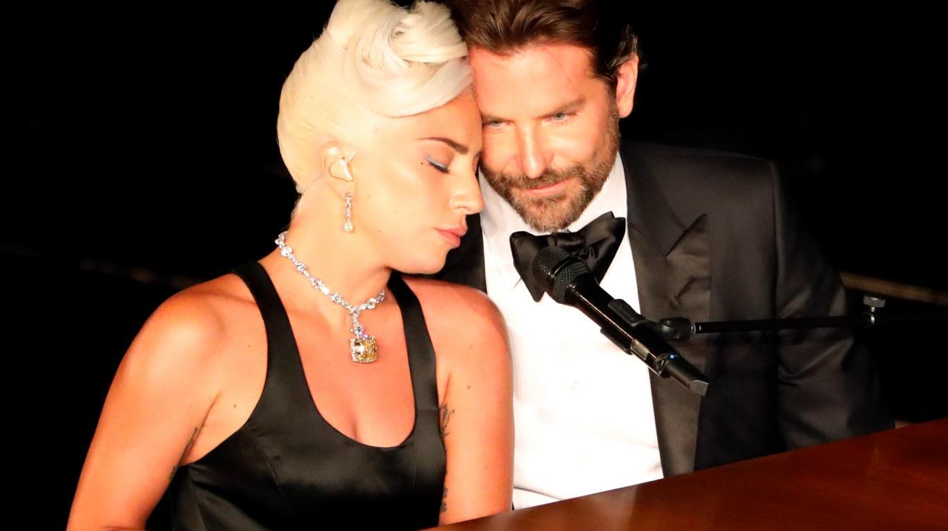 ROMANCE. La intérprete también aceptó que su intención en la ceremonia de los Óscar era hacer sentir a todos que estaban tan enamorados como en la película.