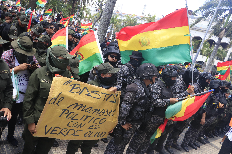 """EXIGENCIA. Los integrantes de la Central Obrera de Bolivia enviaron un mensaje claro a Morales. """"Compañero Presidente, le llamamos a la reflexión y asuma la responsabilidad de renunciar para pacificar el país""""."""
