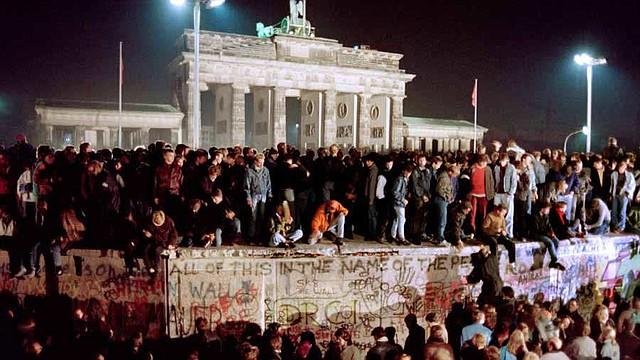 HISTORIA. El 19 de agosto de 1961 murió Rudolf Urban, quien se considera fue la primera víctima mortal del muro. Intentó cruzar desde la parte del Este a Berlín Occidental, murió al querer bajar con una cuerda desde la ventana de su casa a la acera de la calle Bernauer Str. 44.