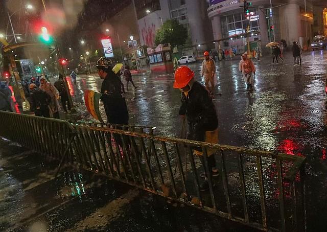 MANIFESTACIÓN. Ciudadanos contrarios al presidente saliente Evo Morales bloquearon una calle la noche del domingo en La Paz. | Foto: Efe/Martin Alipaz