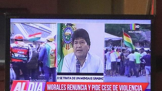 LA PAZ. El mandatario saliente Evo Morales apreció en la televisión para anunciar su renuncia, tras lamentar un golpe cívico y que la Policía se hubiera replegado a sus cuarteles en los últimos días. | Foto: Efe/Martin Alipaz