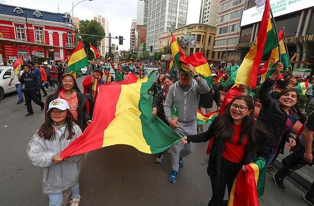 JÚBILO. Ciudadanos bolivianos celebraron la renuncia de Evo Morales, el domingo en las calles de La Paz y otras ciudades del país suramericano. | Foto: Efe/Martin Alipaz