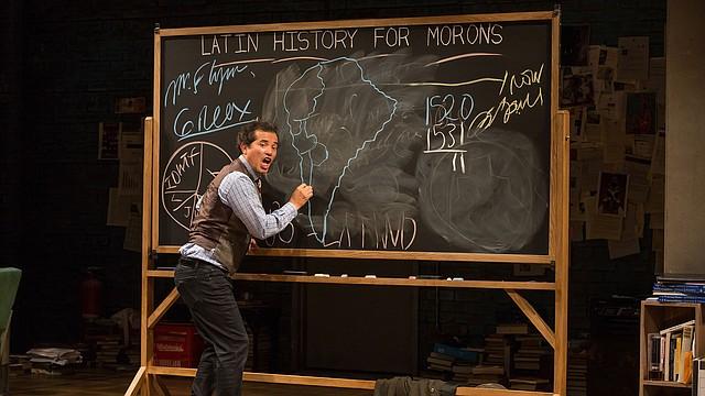 """CLASE. El famoso actor John Leguizamo presenta una cátedra de historia de los latinos en EE.UU. en su monólogo """"Latin History for Morons"""". FOTO: Matthew Murphy 2017"""