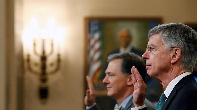 POLÍTICA. William Taylor, a la derecha, y el oficial de carrera del Servicio Exterior George Kent, a la izquierda, prestan juramento para testificar ante el Comité de Inteligencia de la Cámara de Representantes en Capitol Hill, en Washington, el 13 de noviembre de 2019