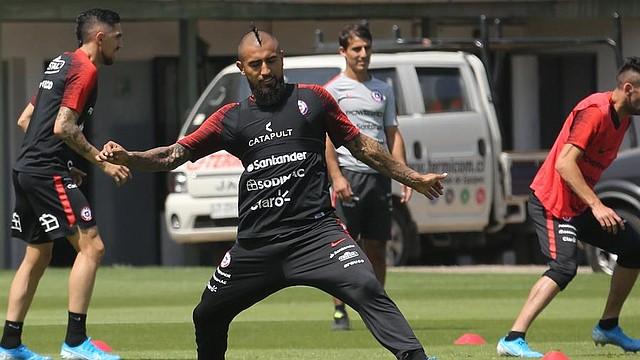 FÚTBOL. El futbolista chileno Arturo Vidal participa en un entrenamiento del equipo nacional, este miércoles en el complejo deportivo Juan Pinto Durán, en Santiago (Chile)