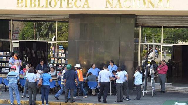 PREVENCIÓN. Algunos trabajadores de la Biblioteca Nacional fueron evacuados tras el sismo. | Foto EDH/Francisco Campos