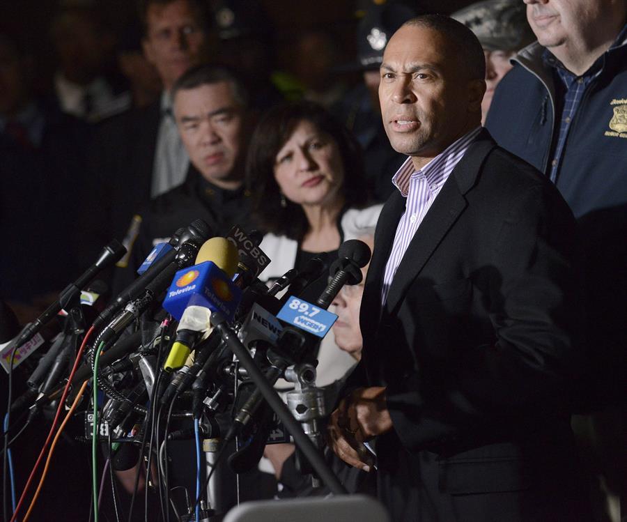 LOCAL. Fotografía de archivo fechada el 15 de abril de 2013 que muestra al gobernador de Massachusetts Deval Patrick durante una rueda de prensa posterior a los ataques con bomba en la maratón de Boston, en Watertown, Massachusetts