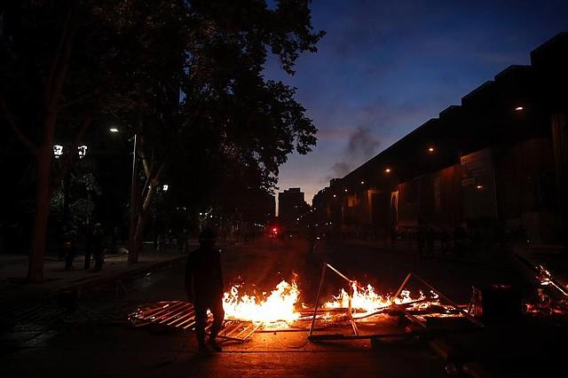 PROTESTAS. Vista de una barricada sobre la céntrica avenida Alameda, el jueves 14 de noviembre, durante las protestas por el primer aniversario del asesinato del comunero mapuche Camilo Catrillanca. | Foto: Efe/Alberto Valdés
