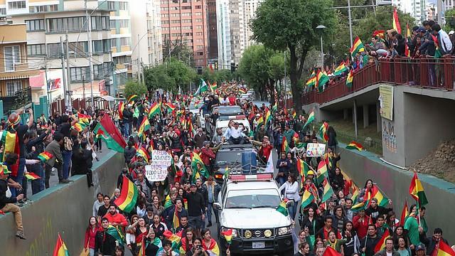 CELEBRACIÓN. Cientos de bolivianos celebraron la renuncia de Evo Morales tras más de 15 días de constantes protestas. | Foto: Martín Alipaz / EFE