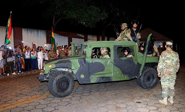 ORDEN. Militares se han desplegado por Bolivia para mantener el orden tras el llamado de Morales a sus seguidores de defender su Gobierno. | Foto: JUAN CARLOS TORREJÓN / EFE