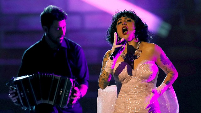 SHOW. La chilena Mon Laferte se presentó durante los Latin Grammy en el MGM Grand Conference Center. | Foto: Efe.