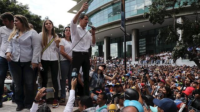 PROTESTA. Juan Guaidó, presidente interino de Venezuela, se unió a los opositores del régimen de Nicolás Maduro en la manifestación en Caracas. | Foto: Efe/Miguel Gutiérrez.