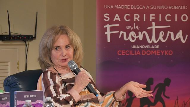 ESCRITORA. La autora, Cecilia Demeyko, dijo que le tomó aproximadamente dos años terminar la novela.   Foto: Tomás Guevara - ETL.