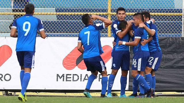 Jugadores de El Salvador celebran un gol en el estadio Cuscatlán en San Salvador. Foto: Efe/Miguel Lemus.
