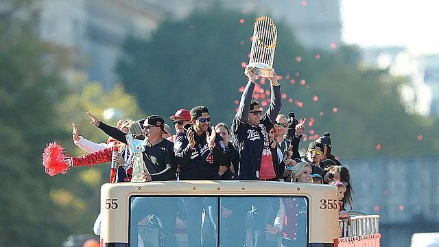 LA CELEBRACIÓN. Los jugadores y dirigentes de los Nacionales de Washington festejaron el 2 de noviembre en DC con todos sus aficionados a quienes dedicaron el título de la Serie Mundial del Béisbol de Grandes Ligas. | Foto: JOSÉ LUIS ARGUETA PARA ETL.