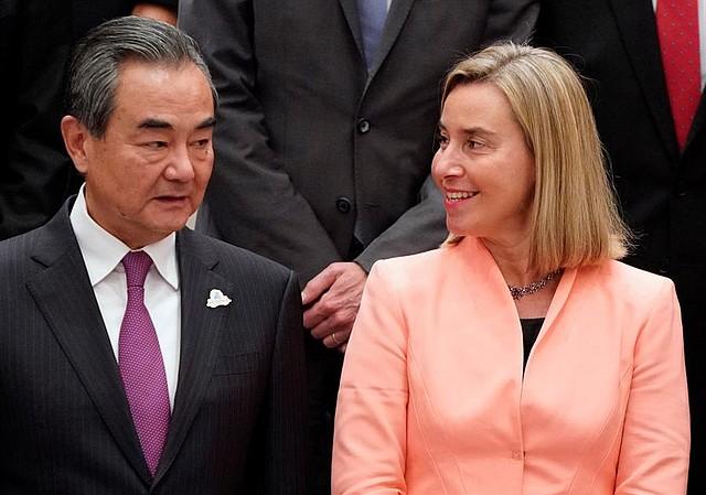 Wang Yi, canciller de China, fue captado mientras conversaba con Federica Mogherini, jefa de Política Exterior de la Unión Europea, en la cumbre del G20 en Japón. | Foto: Efe.