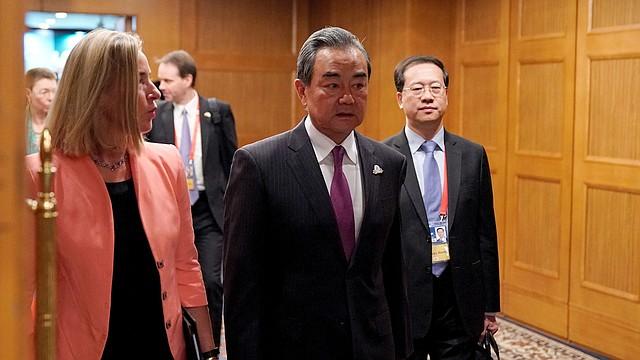 CUMBRE. El ministro de Asuntos Exteriores de China, Wang Yi (centro) y la jefa de Política Exterior de la Unión Europea, Federica Mogherini (izq.), en su llegada a la primera sesión plenaria de la reunión del G20 en Nagoya, Japón, el 23 de noviembre de 2019. | Foto: Efe.