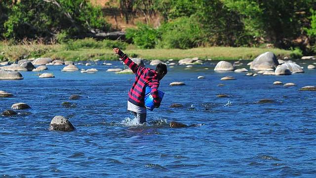 MIGRACIÓN. Imagen de referencia de un indocumentado que huye al cruzar el río Paz en ruta a Guatemala y, posiblemente, EE.UU. | Foto EDH / archivo.