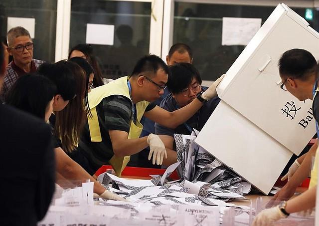 ELECCIONES.  Funcionarios cuentan las boletas en una mesa electoral cuando se cierra oficialmente la votación en Hong Kong, China, el 24 de noviembre de 2019