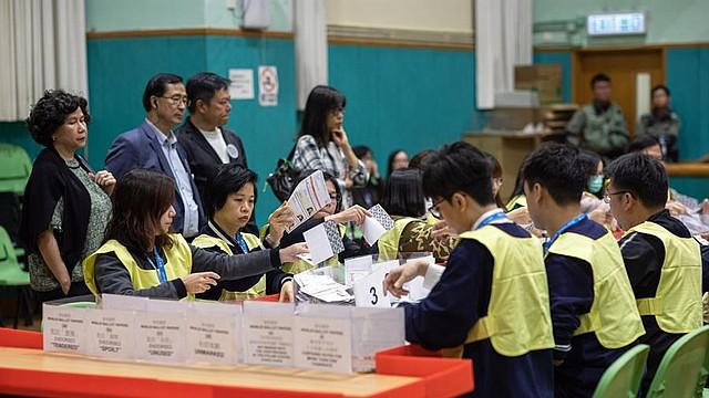 MUNDO. Personal de la Oficina de Registro y Electoral cuenta los votos durante las elecciones ordinarias del Consejo de Distrito en Hong Kong, China, el 24 de noviembre de 2019